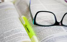 Knjiga, marker, naočale