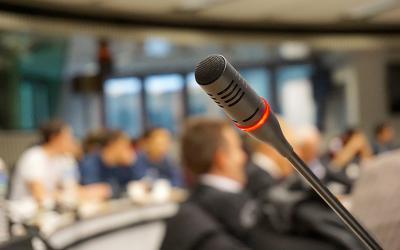 dvorana i mikrofon